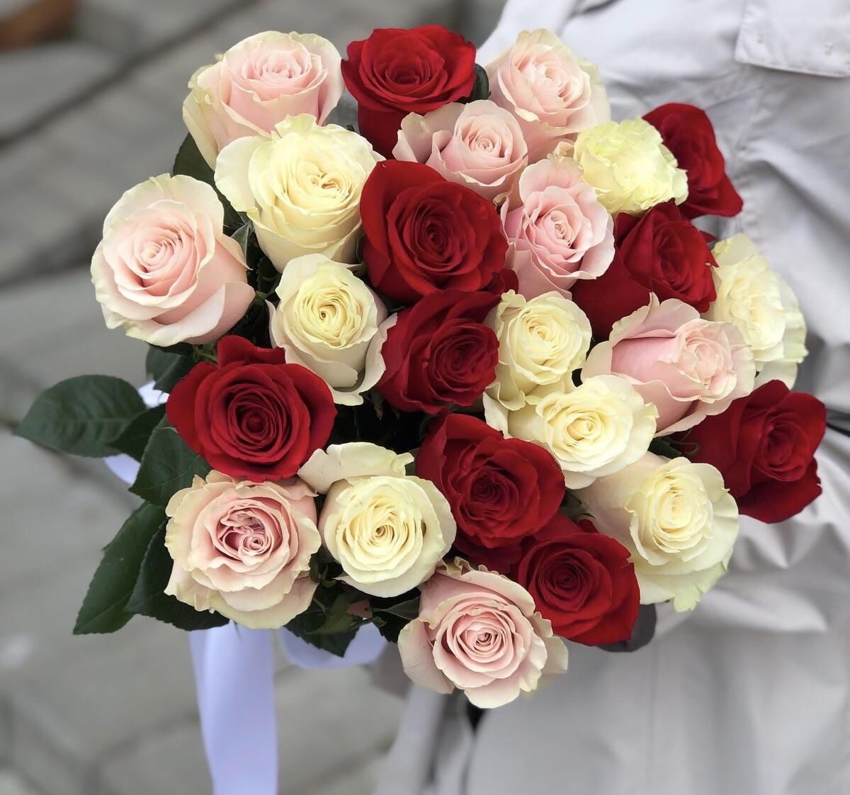 Букет из красных, белых и розовых роз Бабочки внутри меня