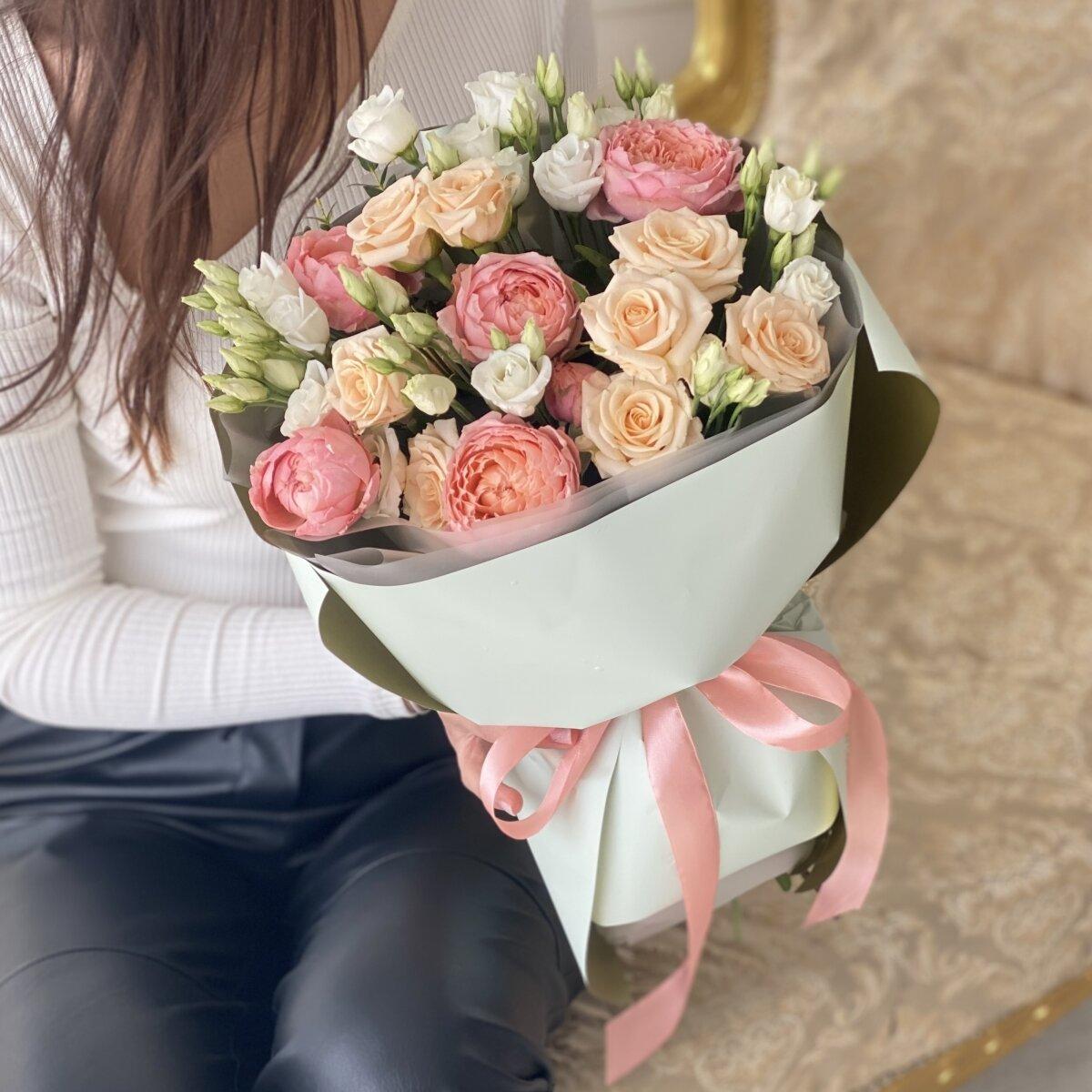 Букет Счастье из кустовой пионовидной розы и эустомы