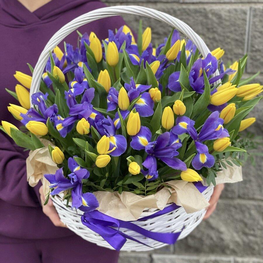 Корзина Лучики счастья из тюльпанов и ирисов