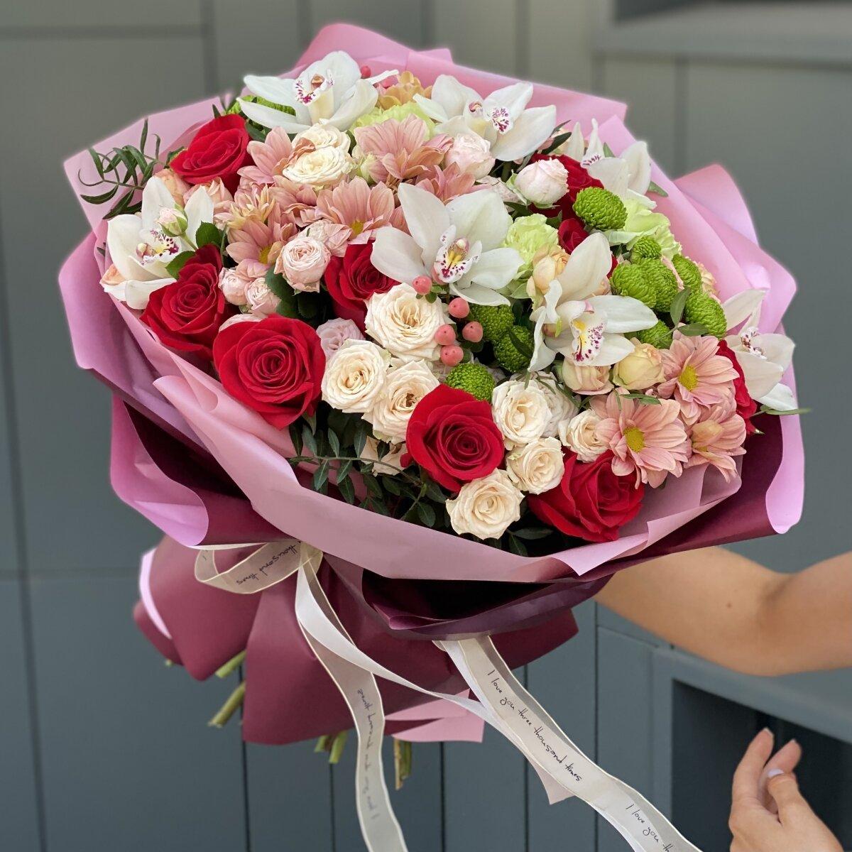 Букет Краски лета из роз, цимбидиума, хризантемы, гиперикума и диантуса