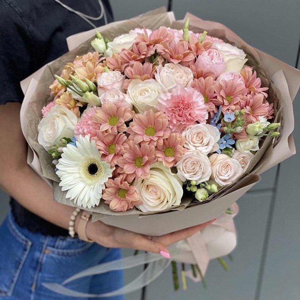 Букет из пионов, хризантем, маттиолы и кустовой розы Ароматный