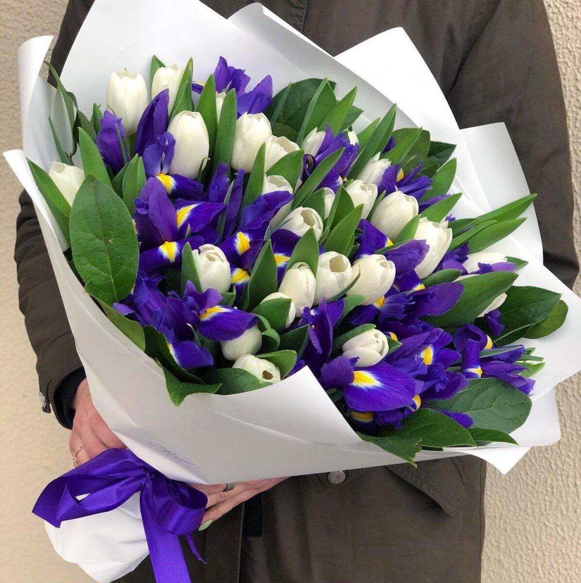Букет из тюльпанов и ирисов Очарование