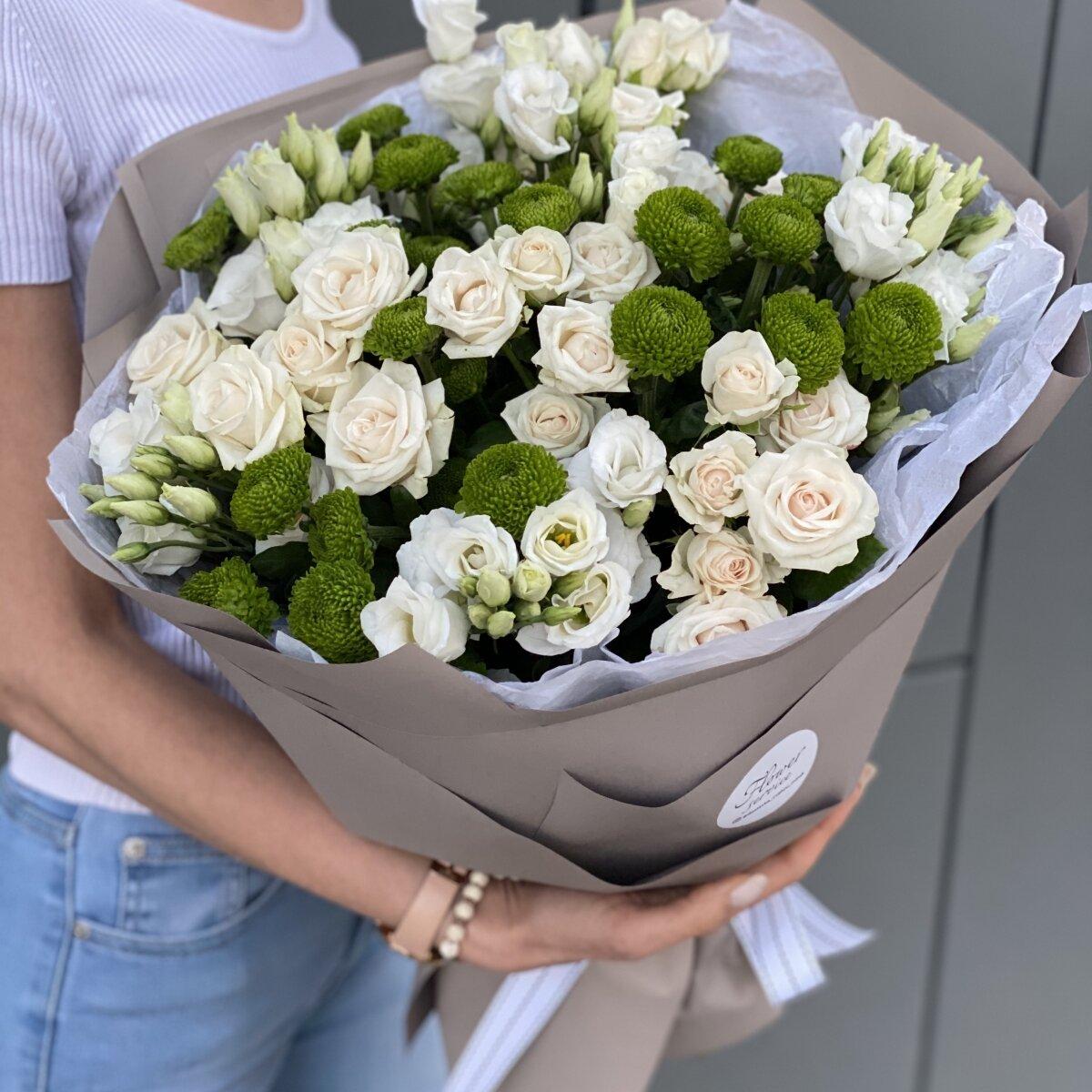Букет из хризантем, эустомы и кутовых роз Презент