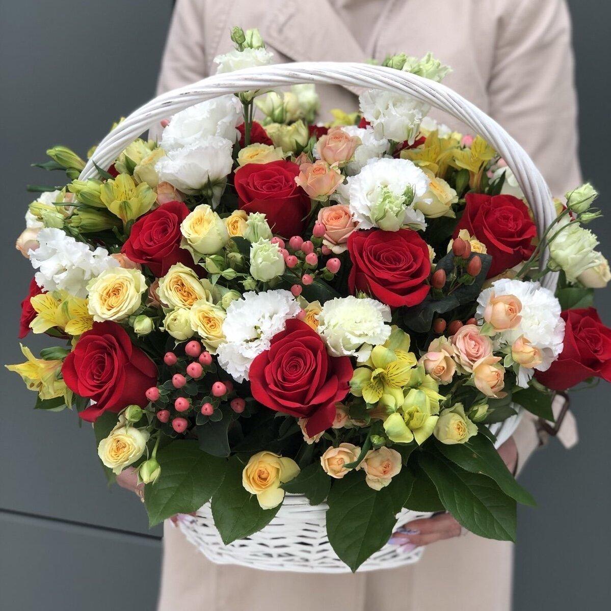 Корзина цветов №12 с красными розами