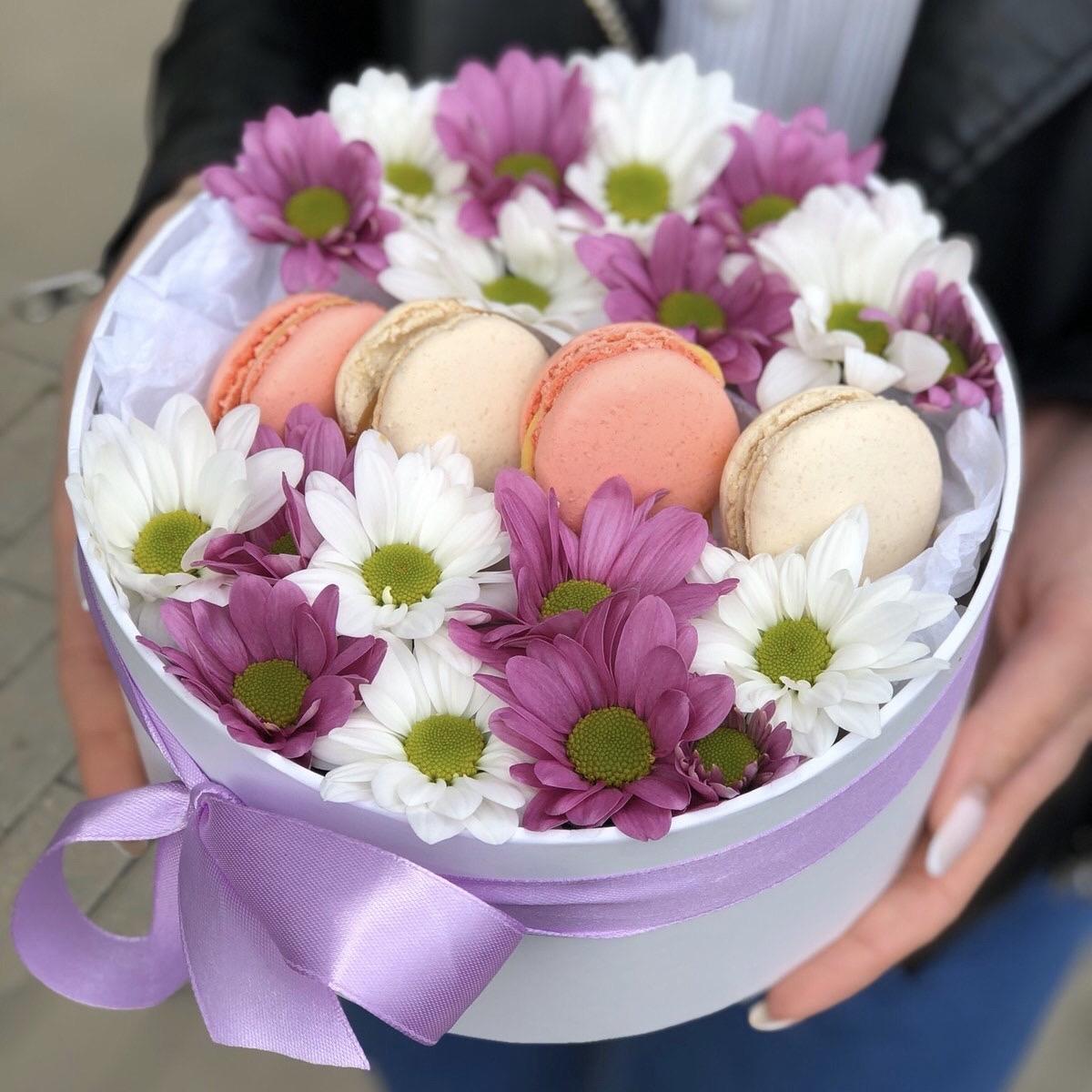 Коробочка с хризантемой и печеньем macarons Розовое и белое