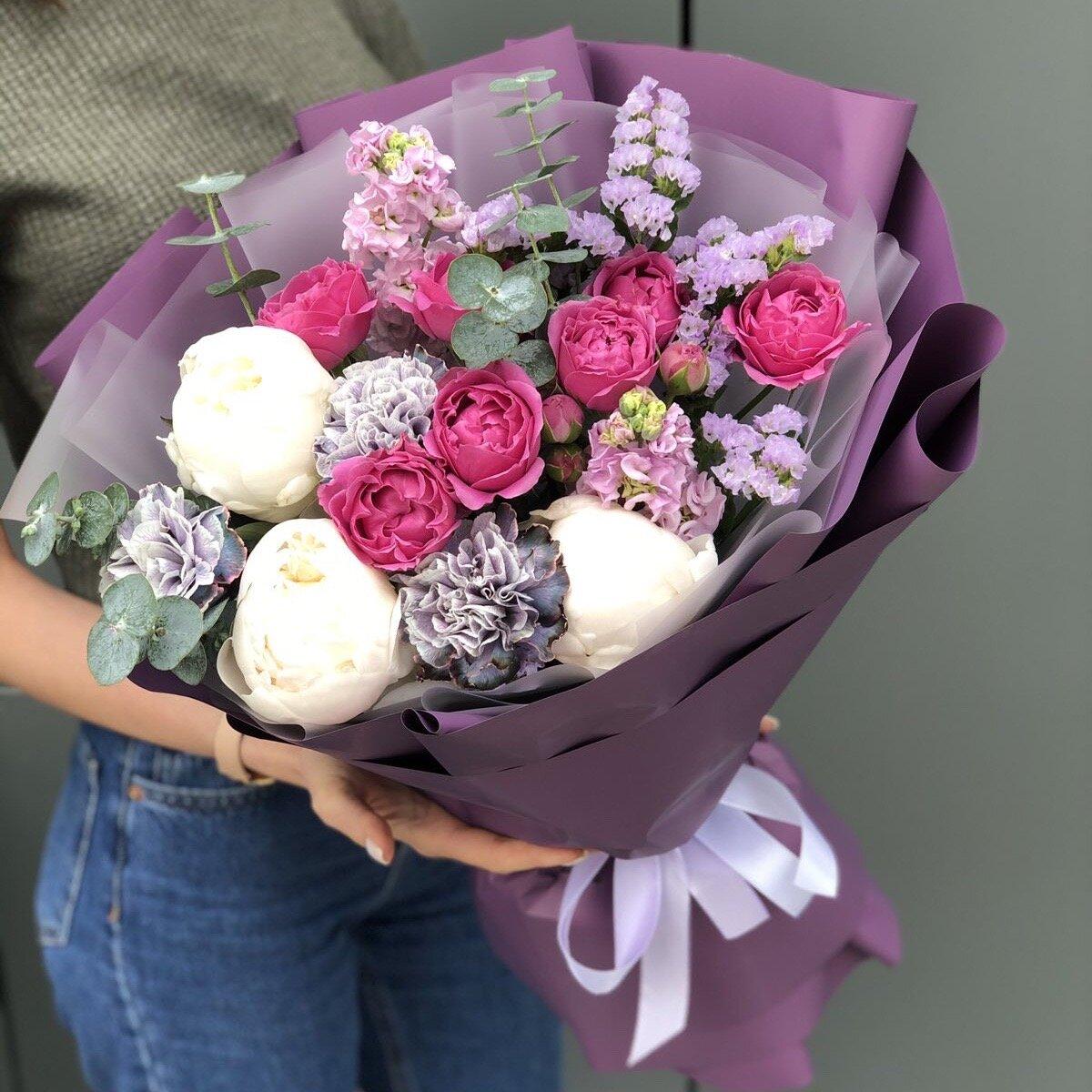 Букет из пионов, пионовидной кустовой розы, диантуса и маттиолы Каталония