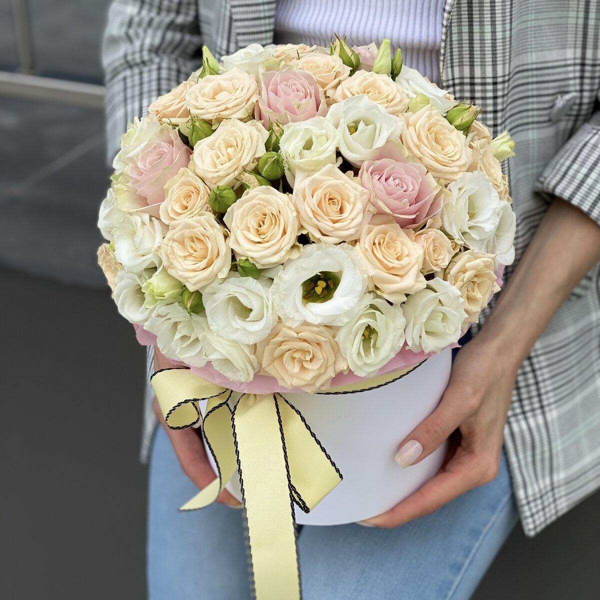 Коробка шляпная из кустовой розы, эустомы и одноголовой розы Хельсинки