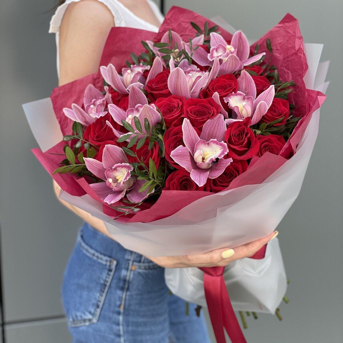 Букет Бурж с красными розами и цимбидиумом