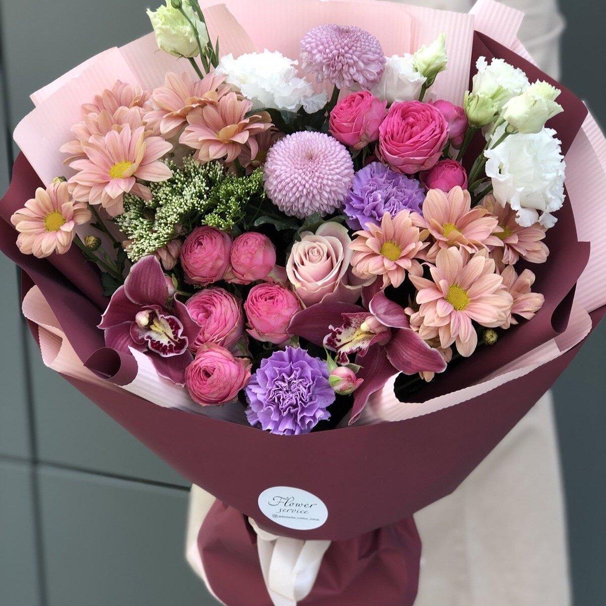 Букет из эустомы, кустовой пионовидной розы и хризантемы  Приятное воспоминание