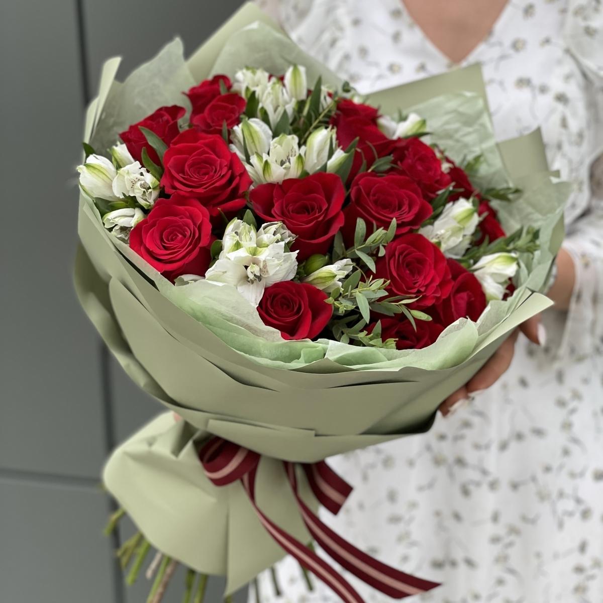 Букет Алиса в стране чудес из красных роз и альстромерии
