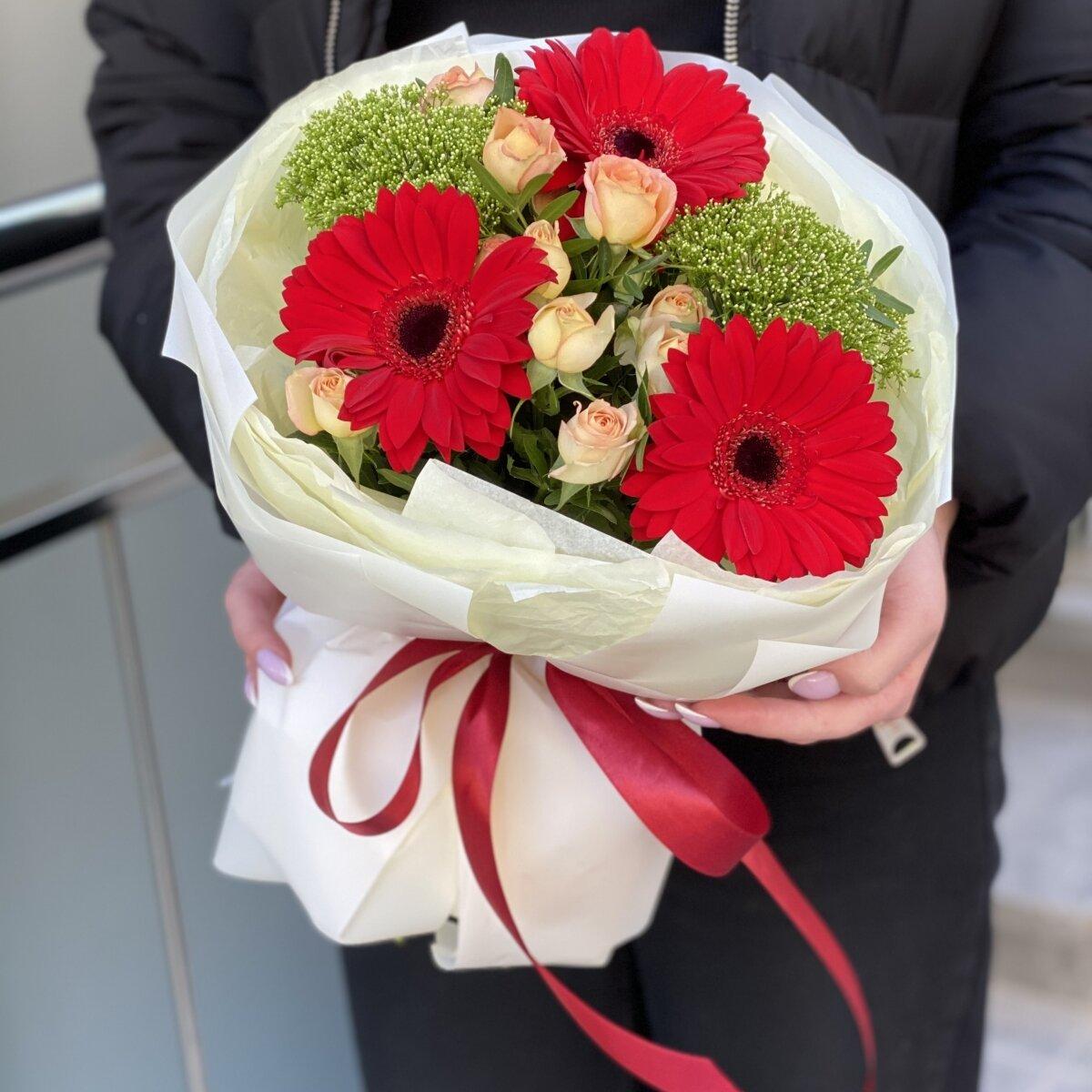 Букет Меренге из гербер, кустовой розы и трахелиума
