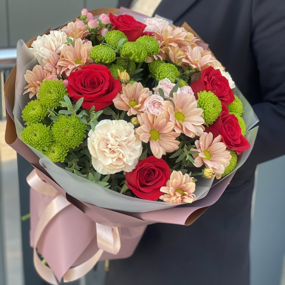 Букет с красными розами и хризантемой 373.by