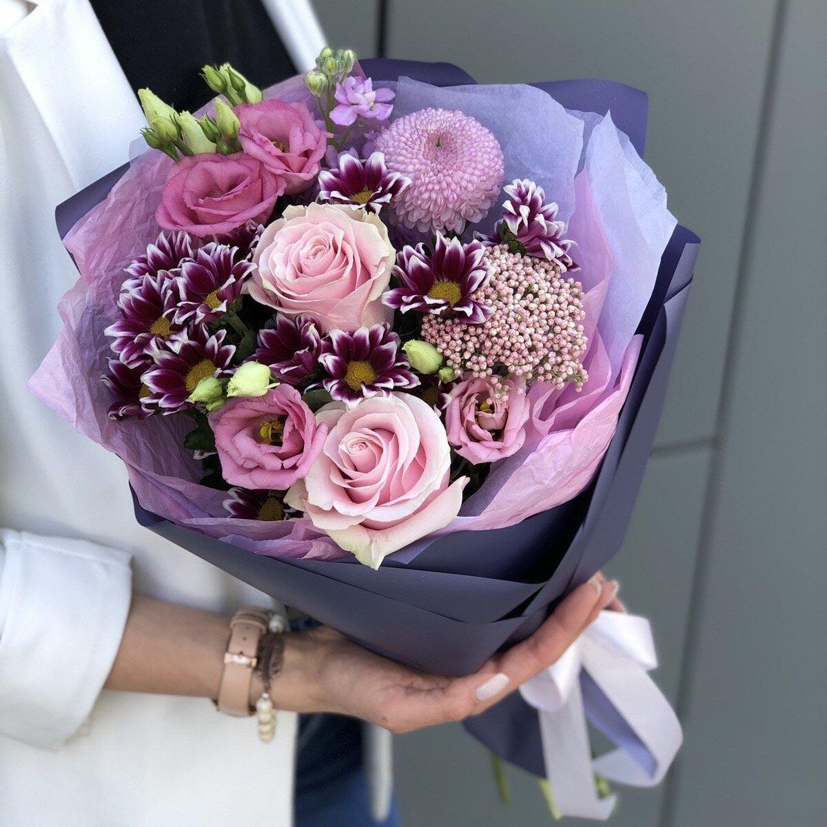 Букет из роз, хризантемы и эустомы Весенний поцелуй