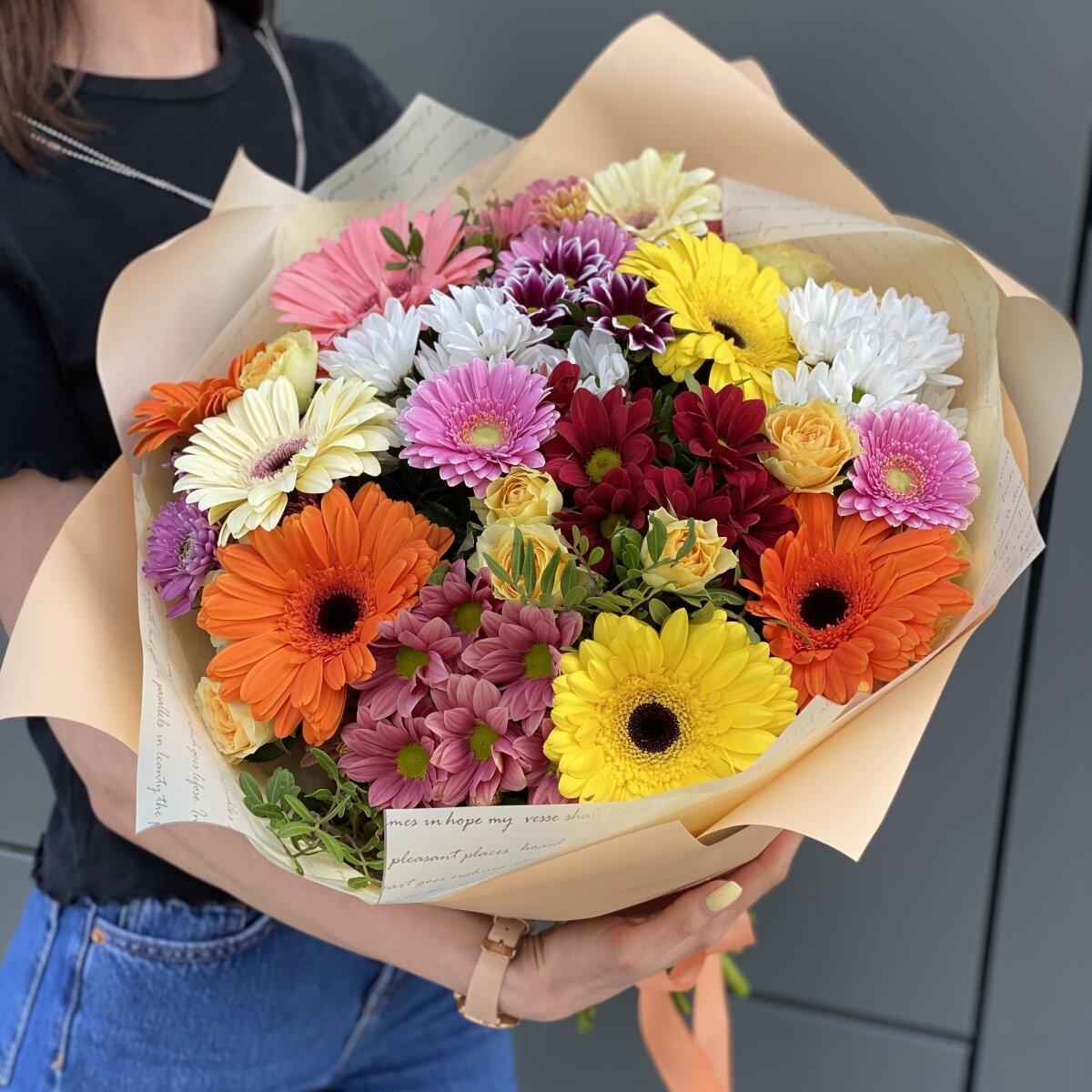 Букет с кустовыми розами, хризантемами и герберами Радужное настроение