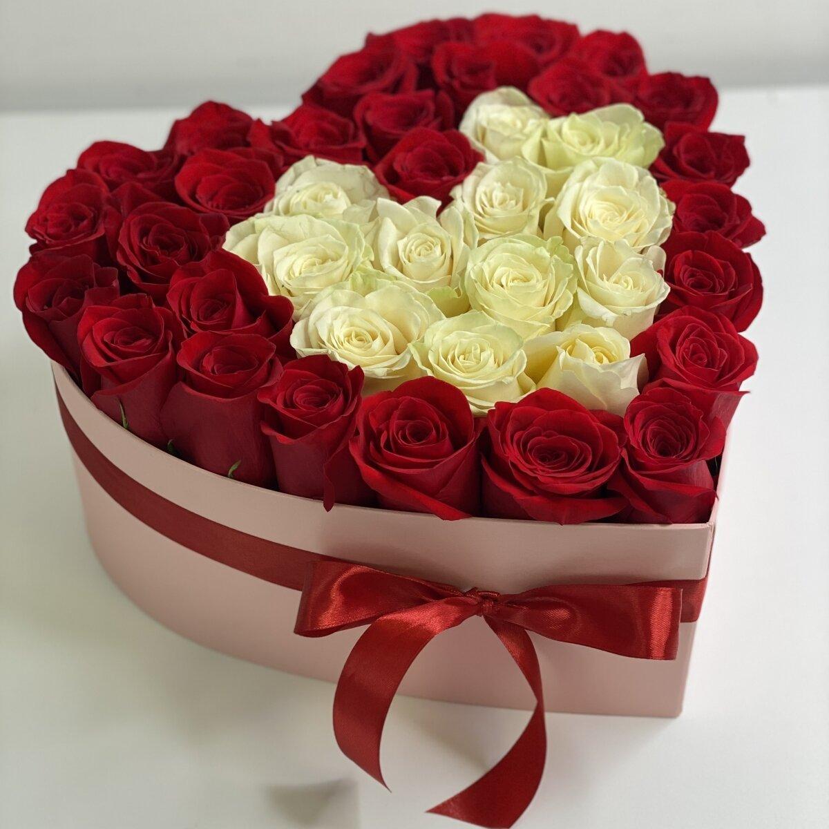 Коробка сердце Патриция из белых и красных роз