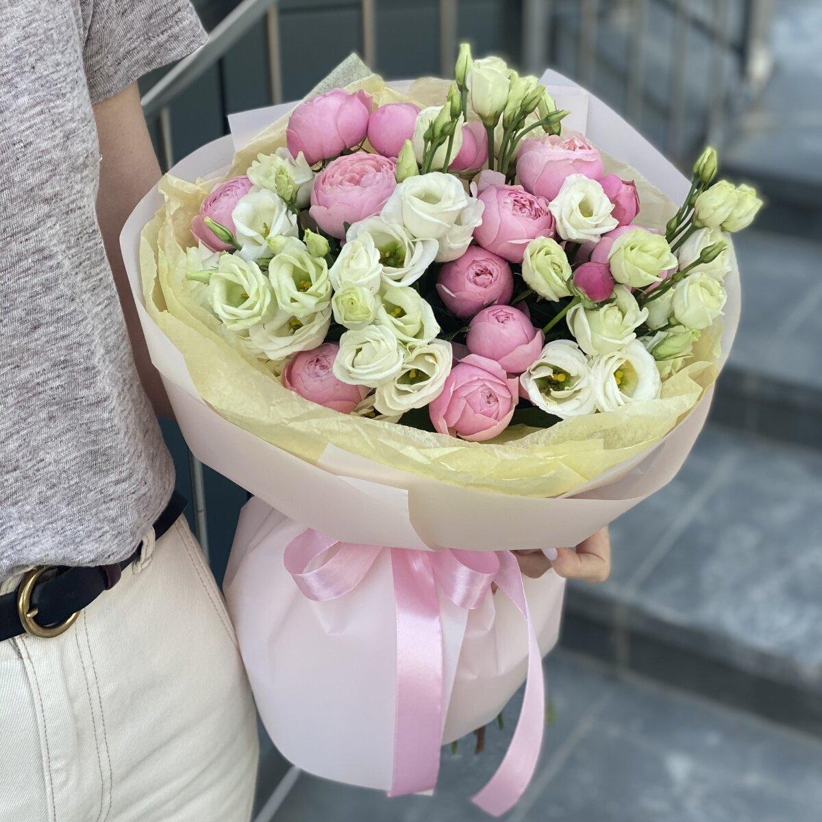 Букет Шанталь из пионовидной кустовой розы и эустомы