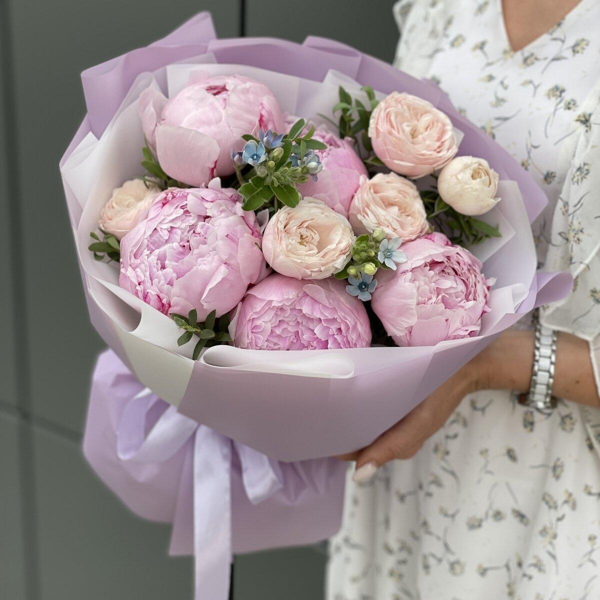 Букет Элен из пионов, пионовидной розы, оксипеталума и эвкалипта