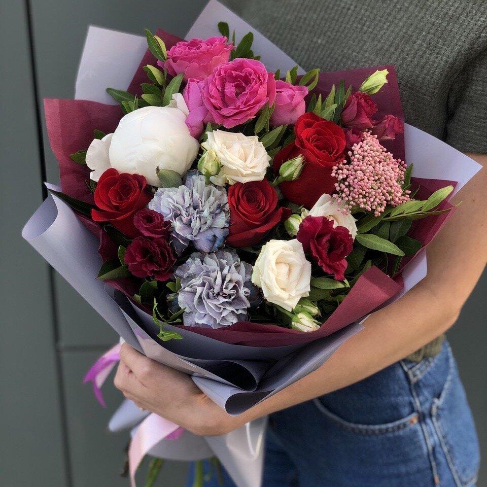 Букет из эустомы, кустовой пионовидной розы и диатуса Ассоль