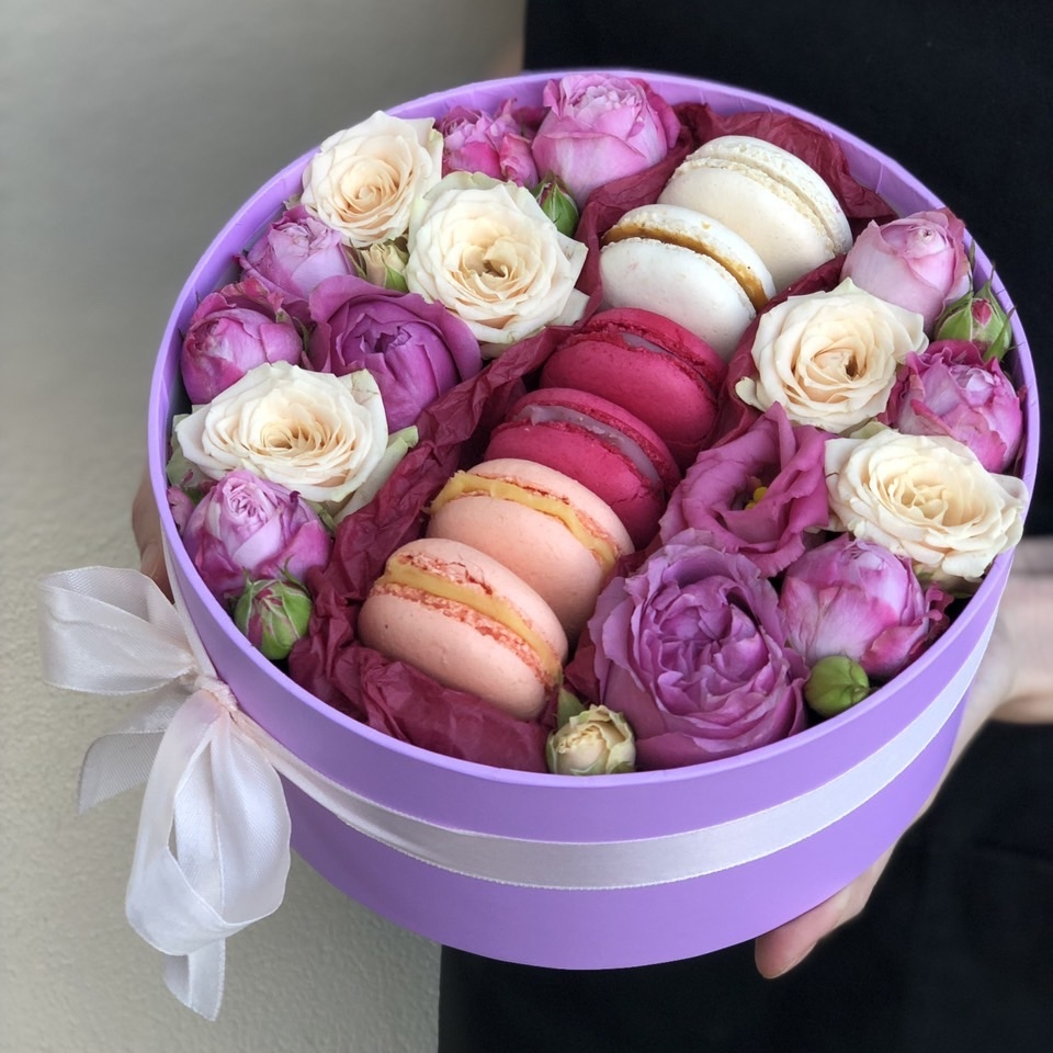 Коробочка с цветами и macarons Равновесие