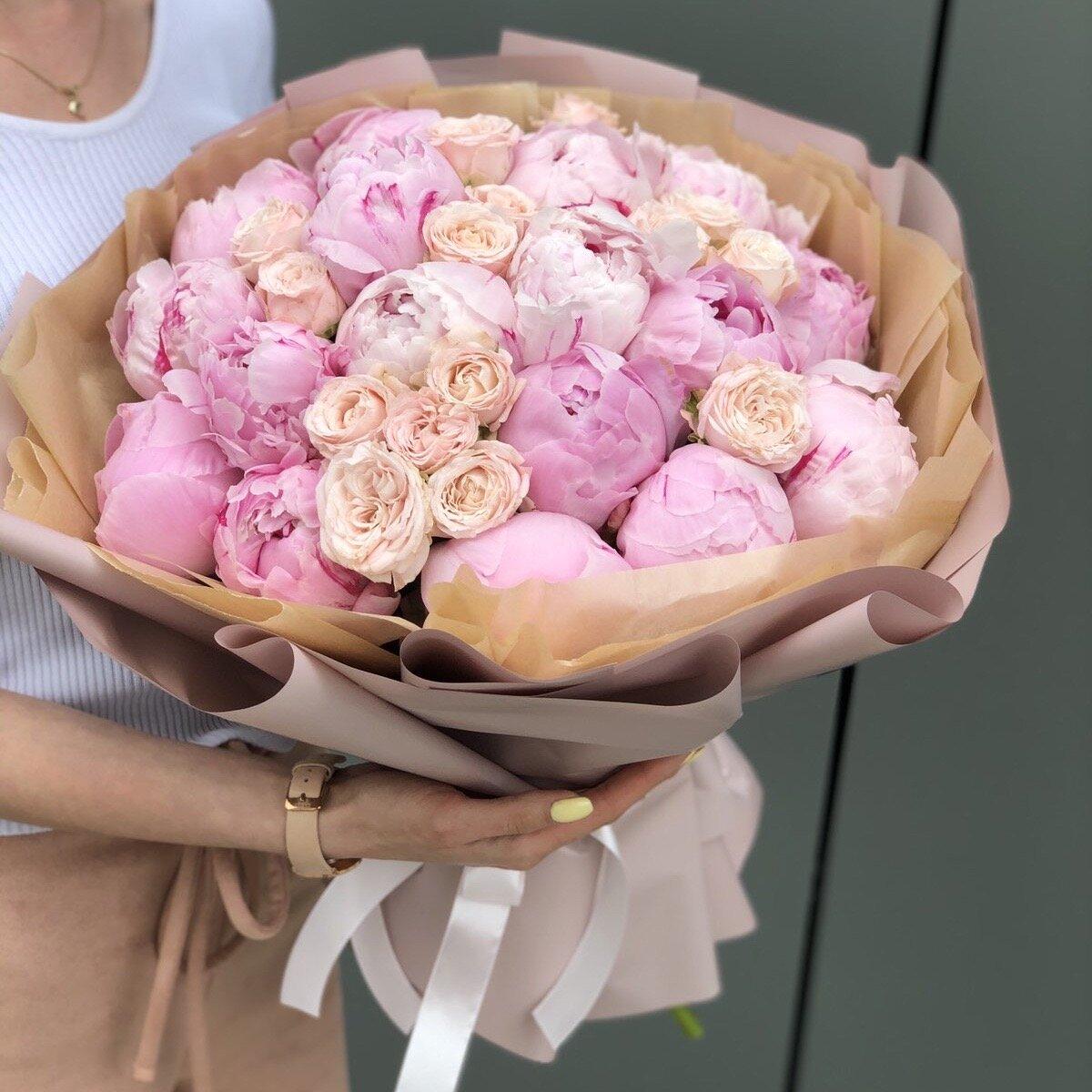 Букет из пионов и кустовых роз Римма