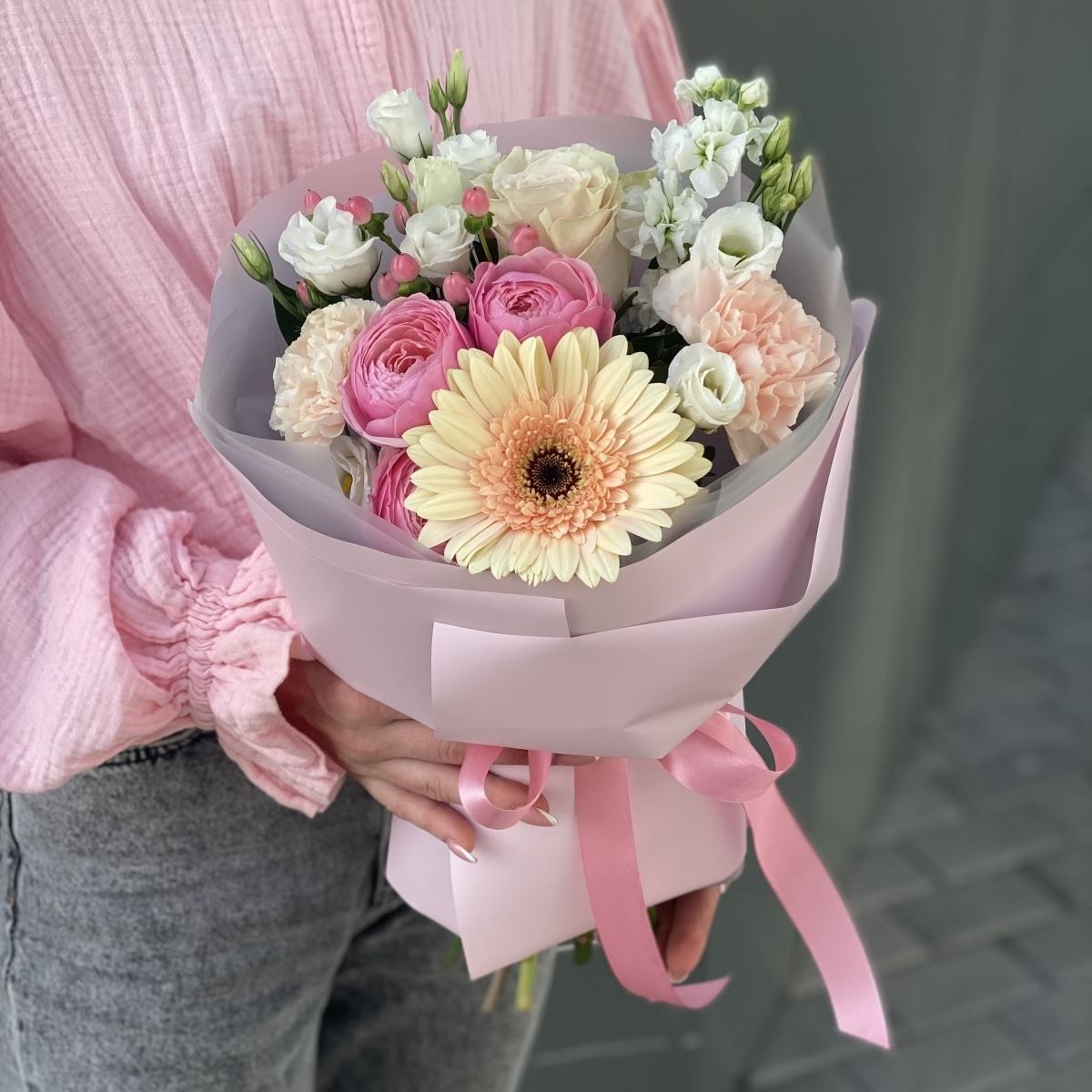 Букет Прекрасного дня из герберы, пионовидной кустовой розы, эустомы и гиперикума