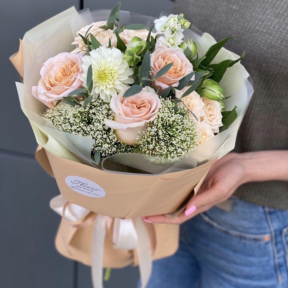 Букет из кустовой и одноголовой розы, альстромерии и маттиолы Наоми