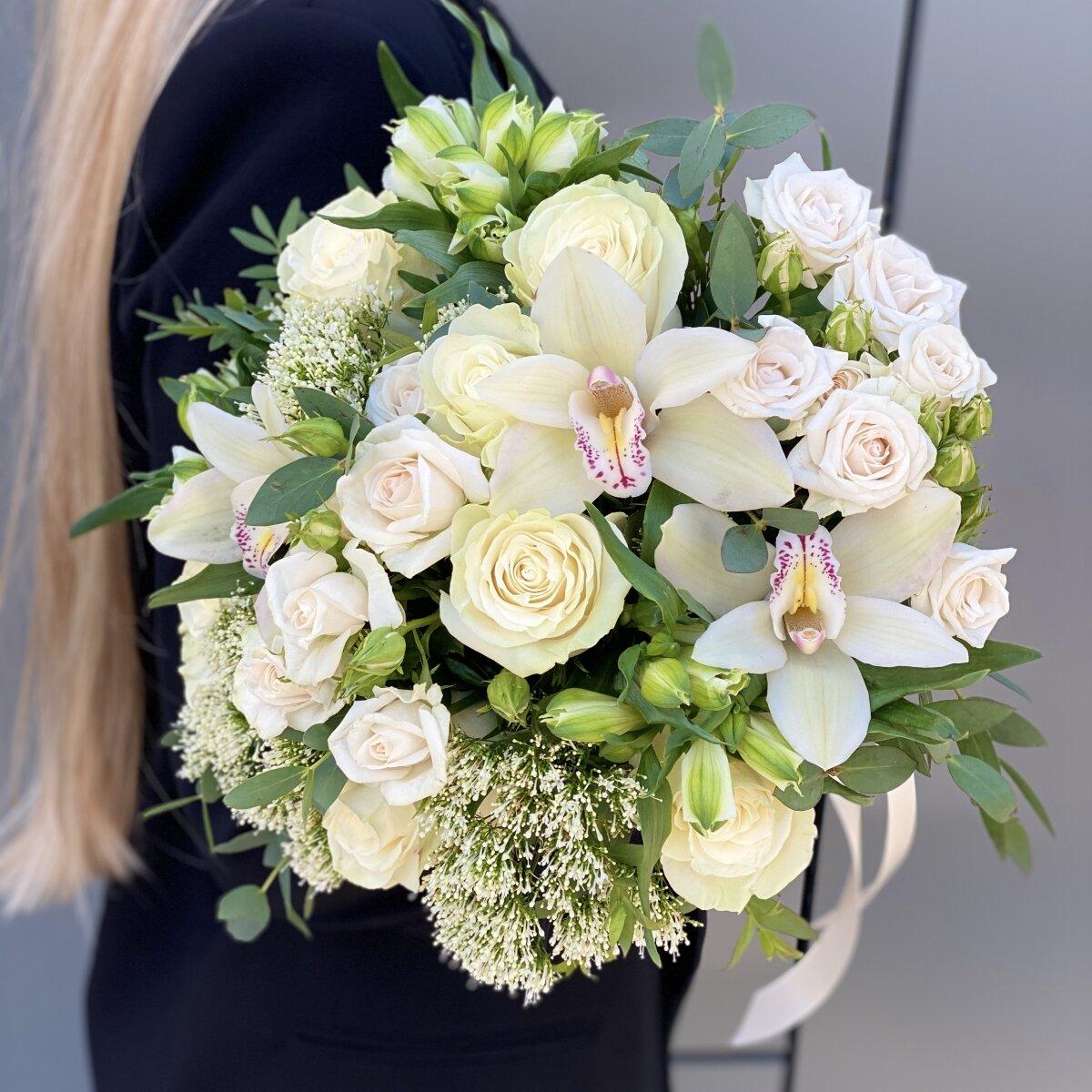 Букет из кустовых роз, альстромерии и цимбидиума Адель
