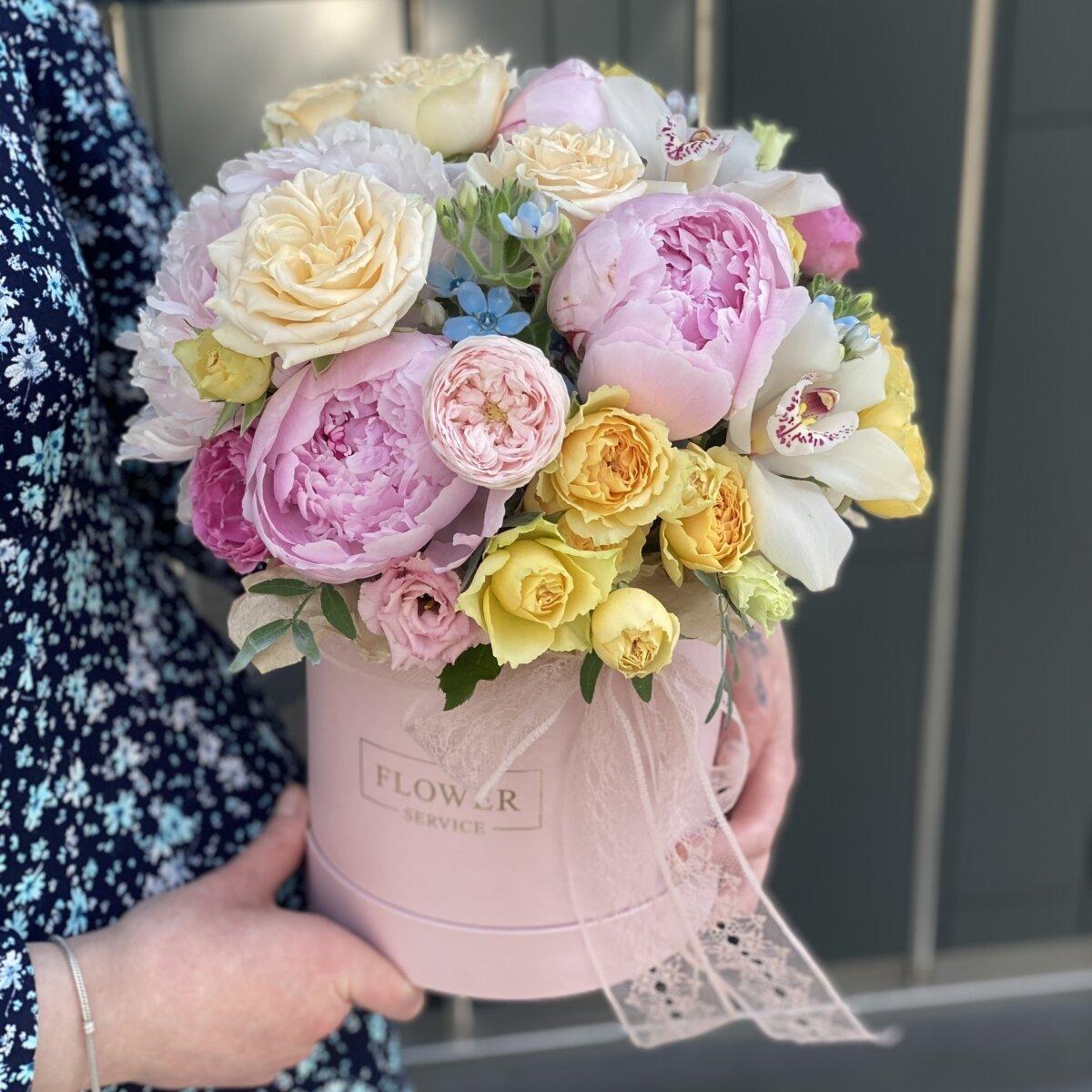Коробочка Цветочная из пионов, оксипеталума, роз и цветков орхидей