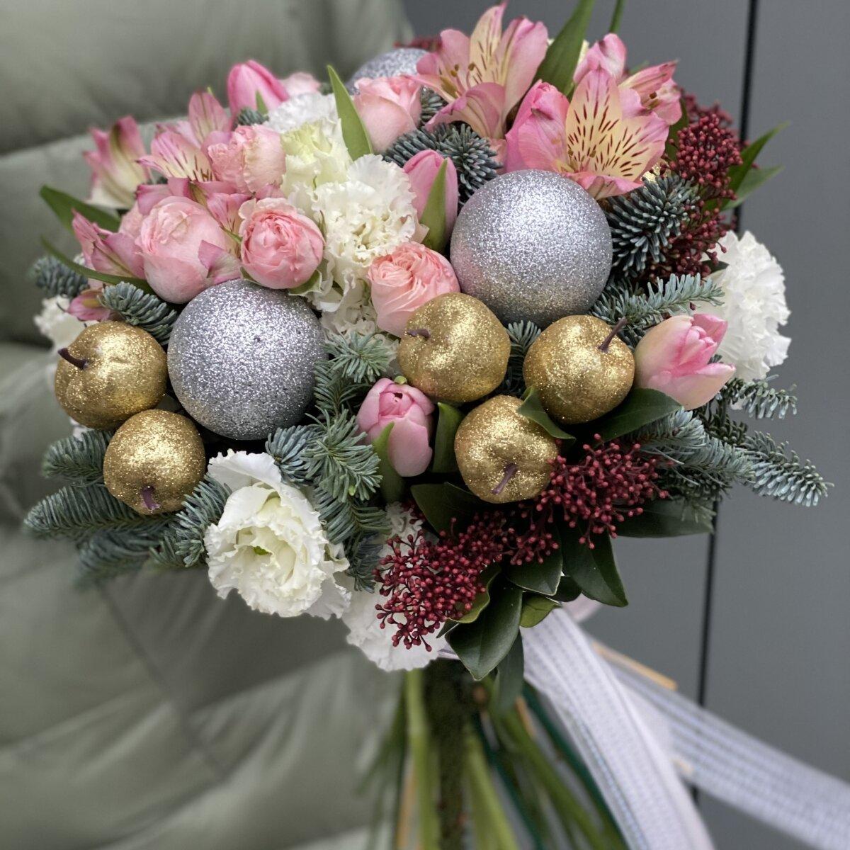 Букет Зимний рай с розовыми розами, тюльпанами и альстромерией
