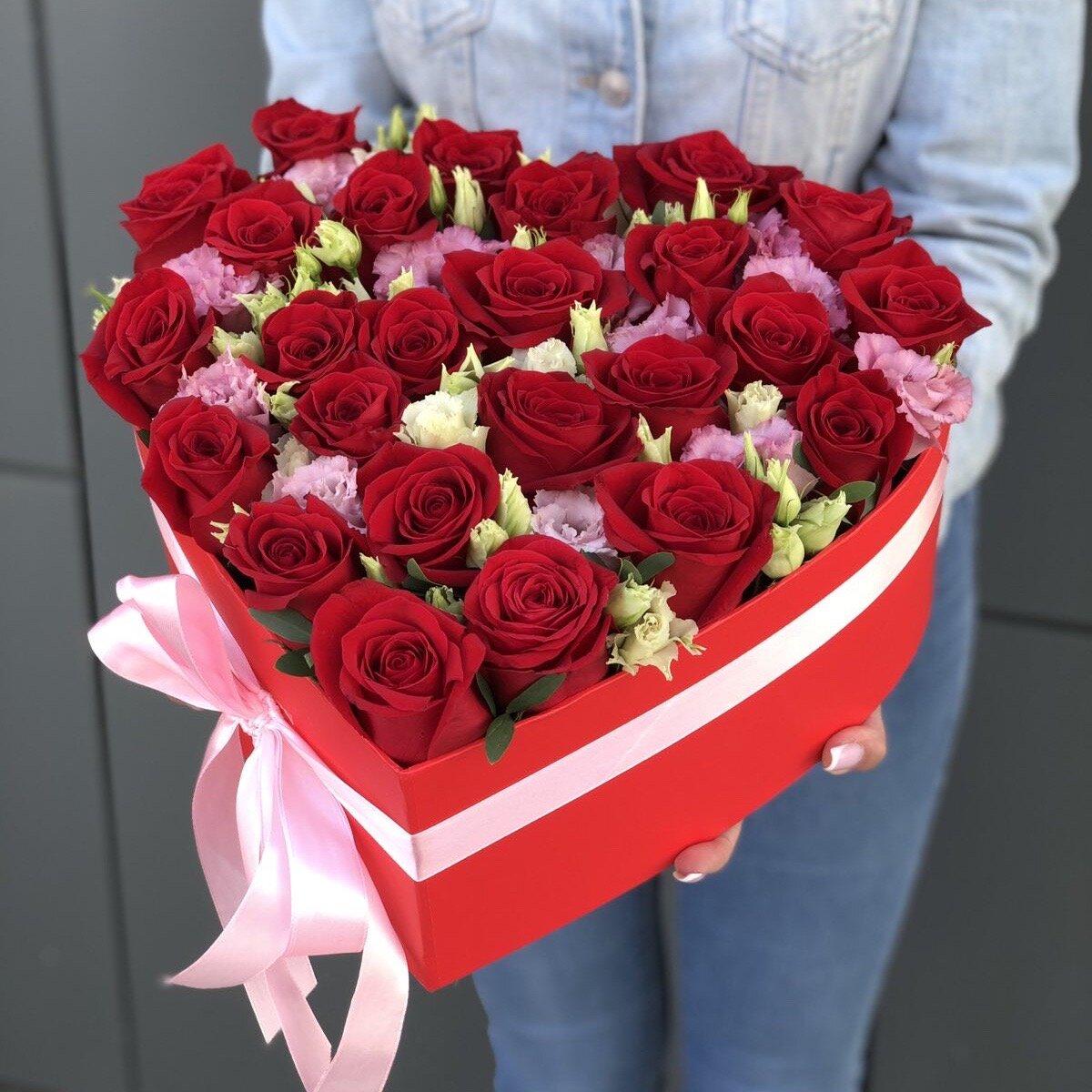 Сердце из красных роз и эустомы Люблю