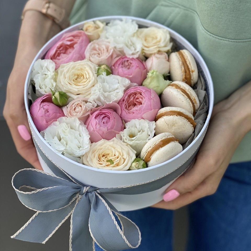 Коробка из кустовой розы и эустомы Мартовский поцелуй