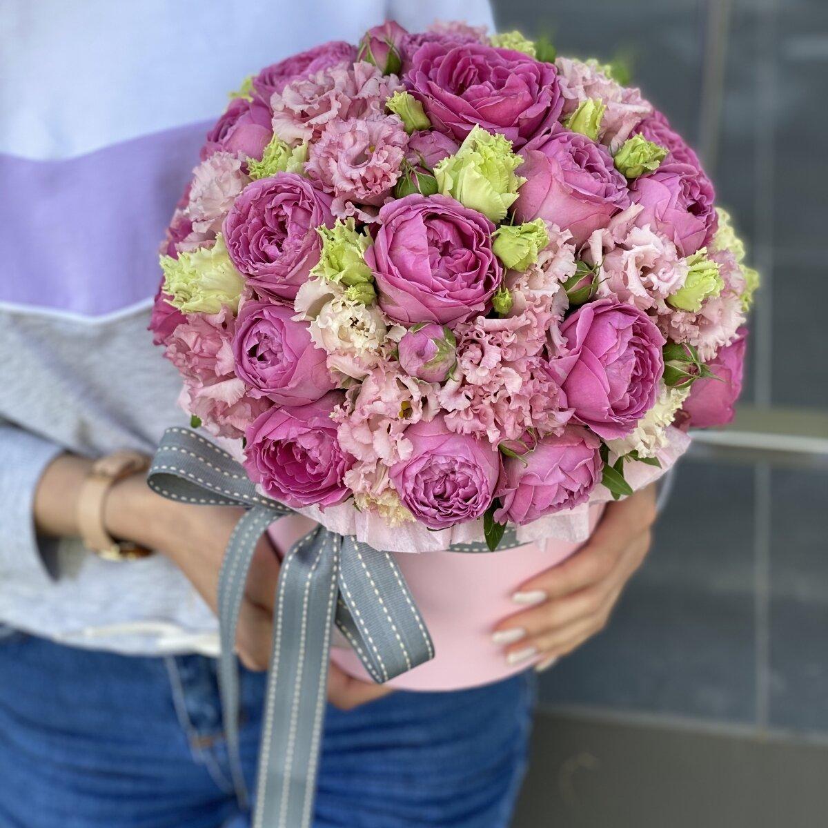 Коробка шляпная из кустовой пионовидной розы и эустомы Ласковый вечер