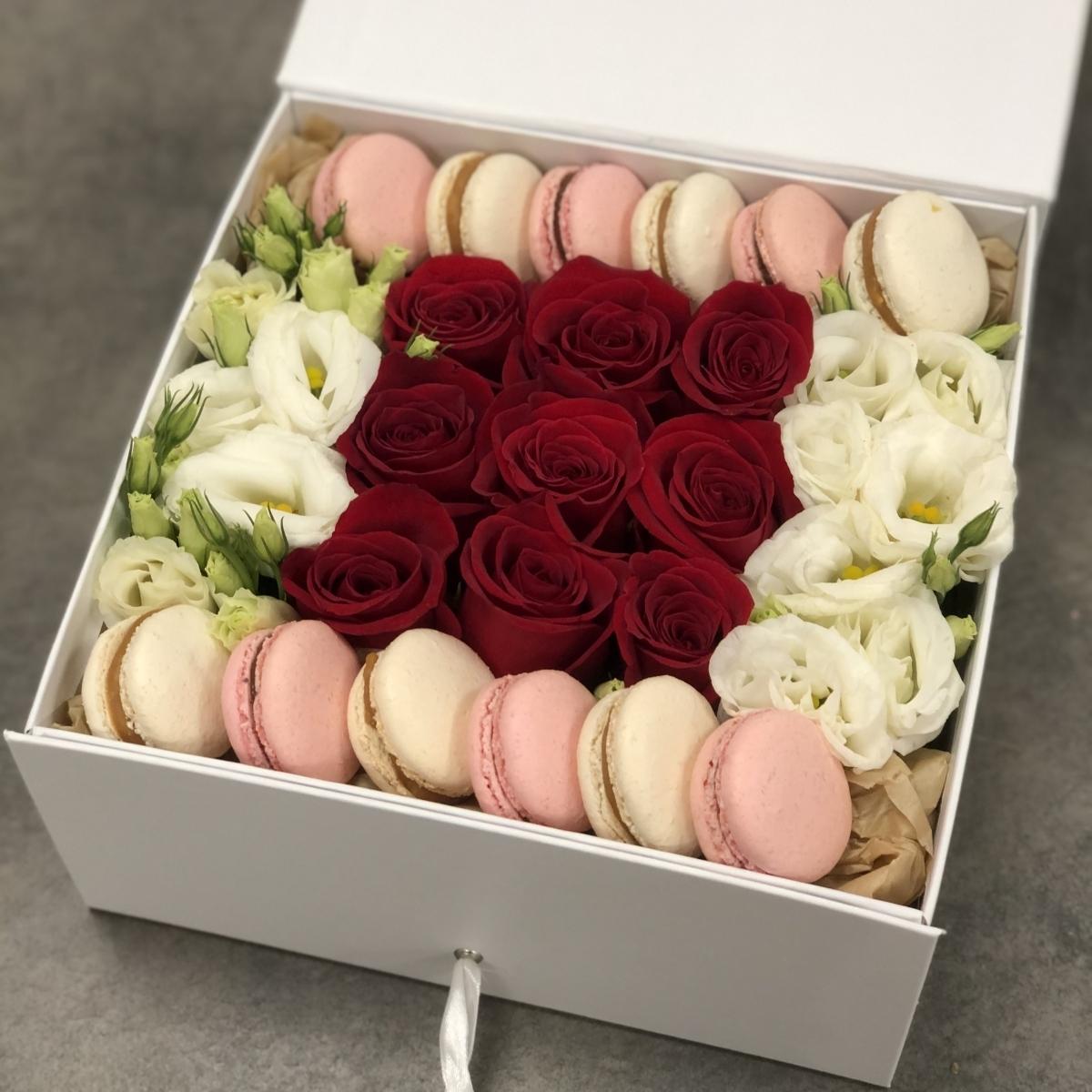Коробка с красными розами, эустомой и macarons Классическое сочетание
