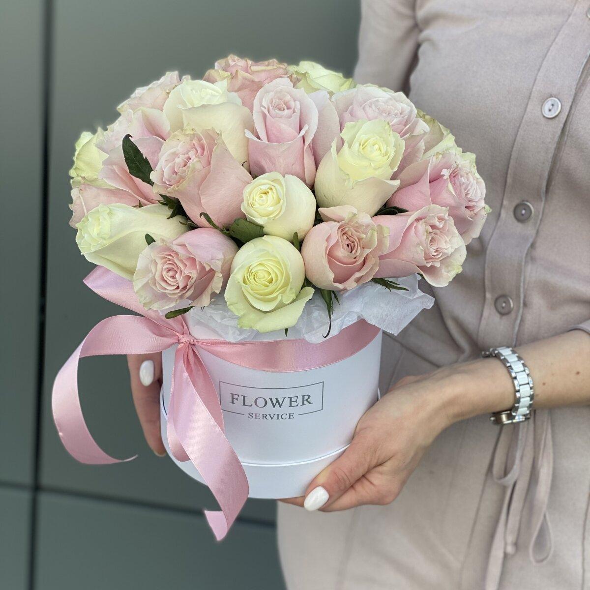 Коробка Нежные чувства с белыми и розовыми розами