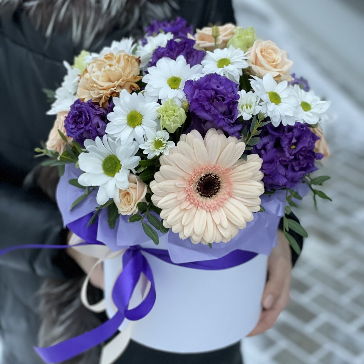 Коробка Бурное спокойствие из кустовой розы, герберы и диантуса