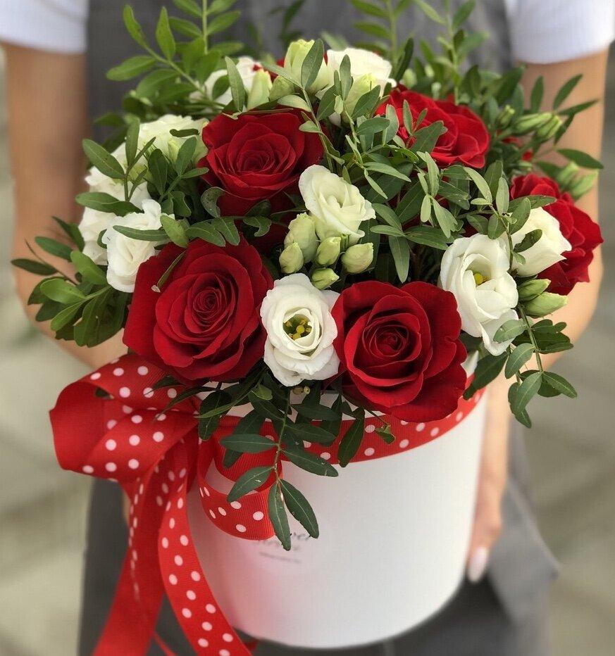 Коробочка с красными розами и эустомой Красная шапочка