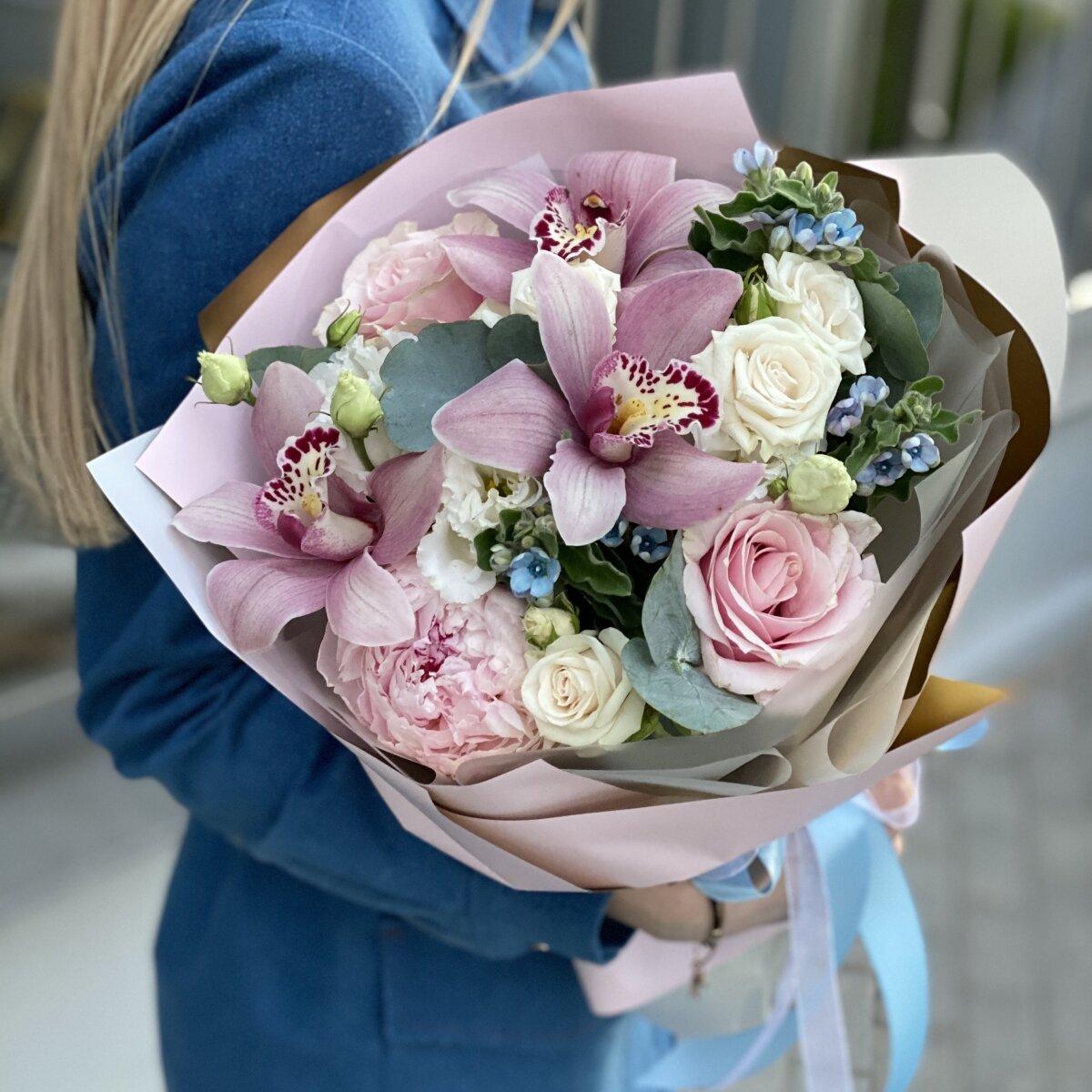 Букет из оксипеталума, цимбидиума, кустовой и одноголовой розы и пиона Изысканный