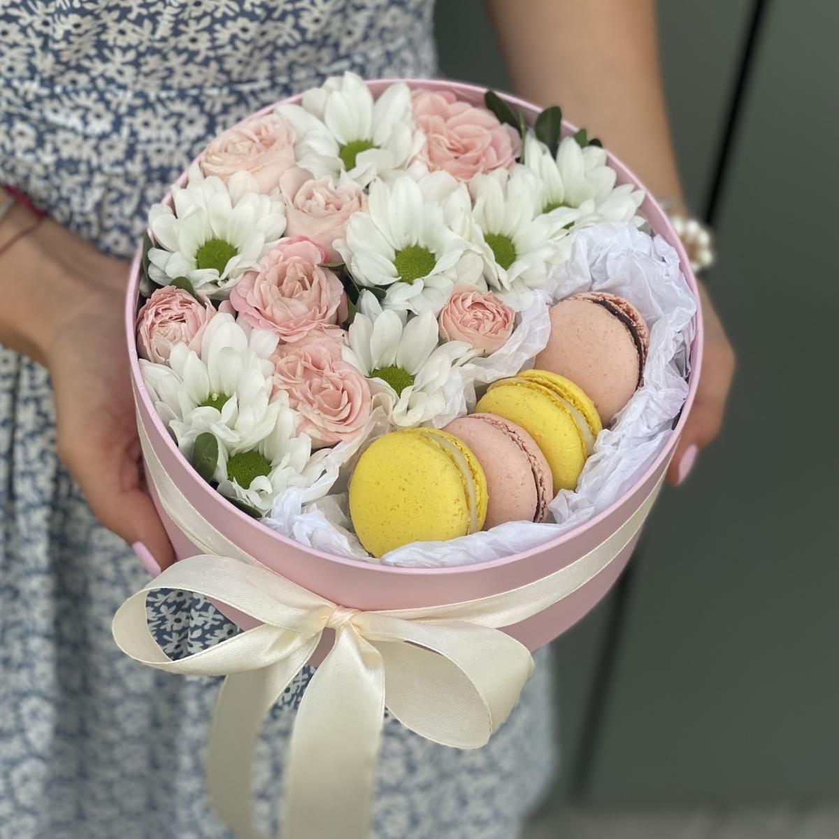 Коробочка Фламинго с розовыми и белыми кустовыми розами и macarons