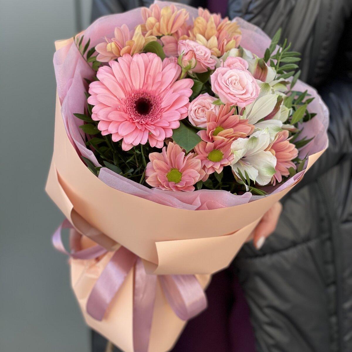 Букет Невесомость с розовыми розами и хризантемой