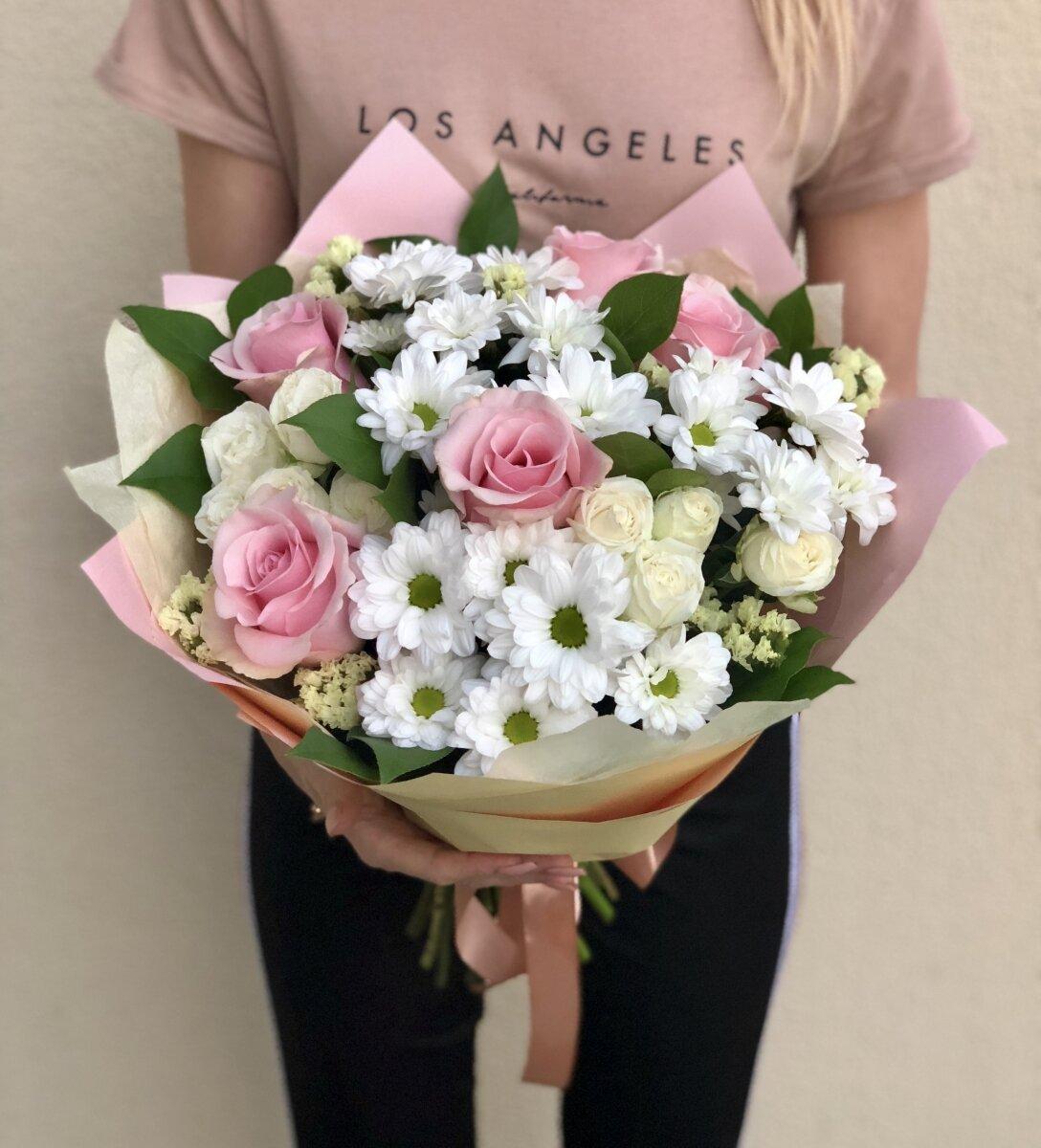 Букет из хризантем и белых, розовых роз Барселона
