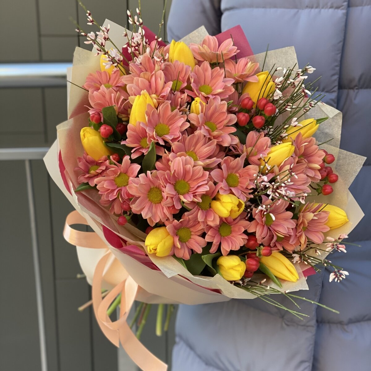 Букет Амстердам из тюльпанов, хразантемы, гиперикума и генисты