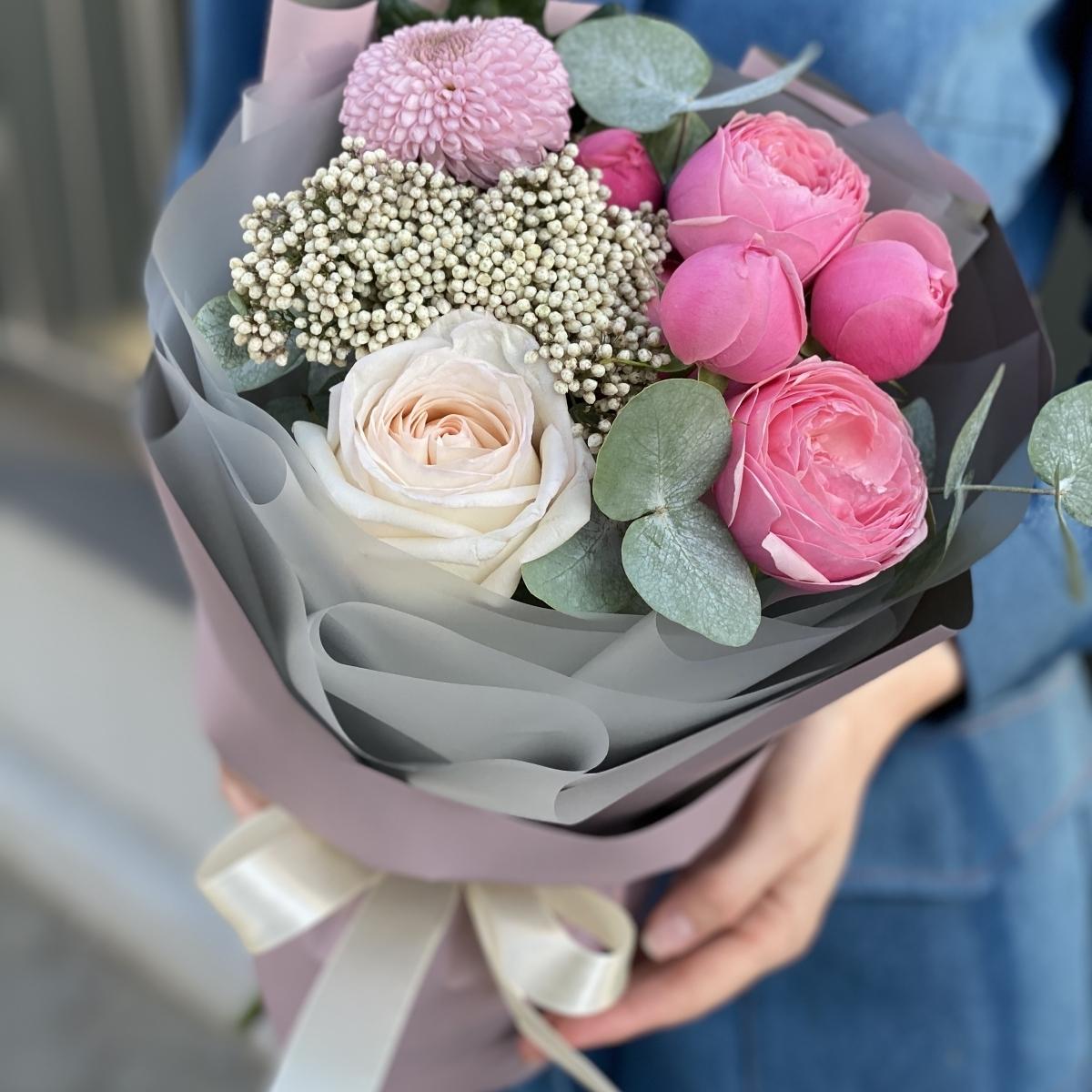 Букет из пионовидной кустовой и одноголовой розы, озотамнуса и хризантемы Мишель