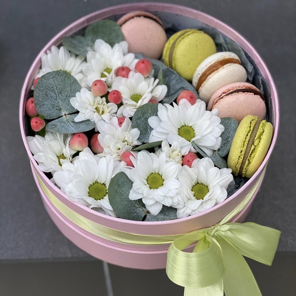 Коробочка с белой хризантемой и macarons Весеннее чувство