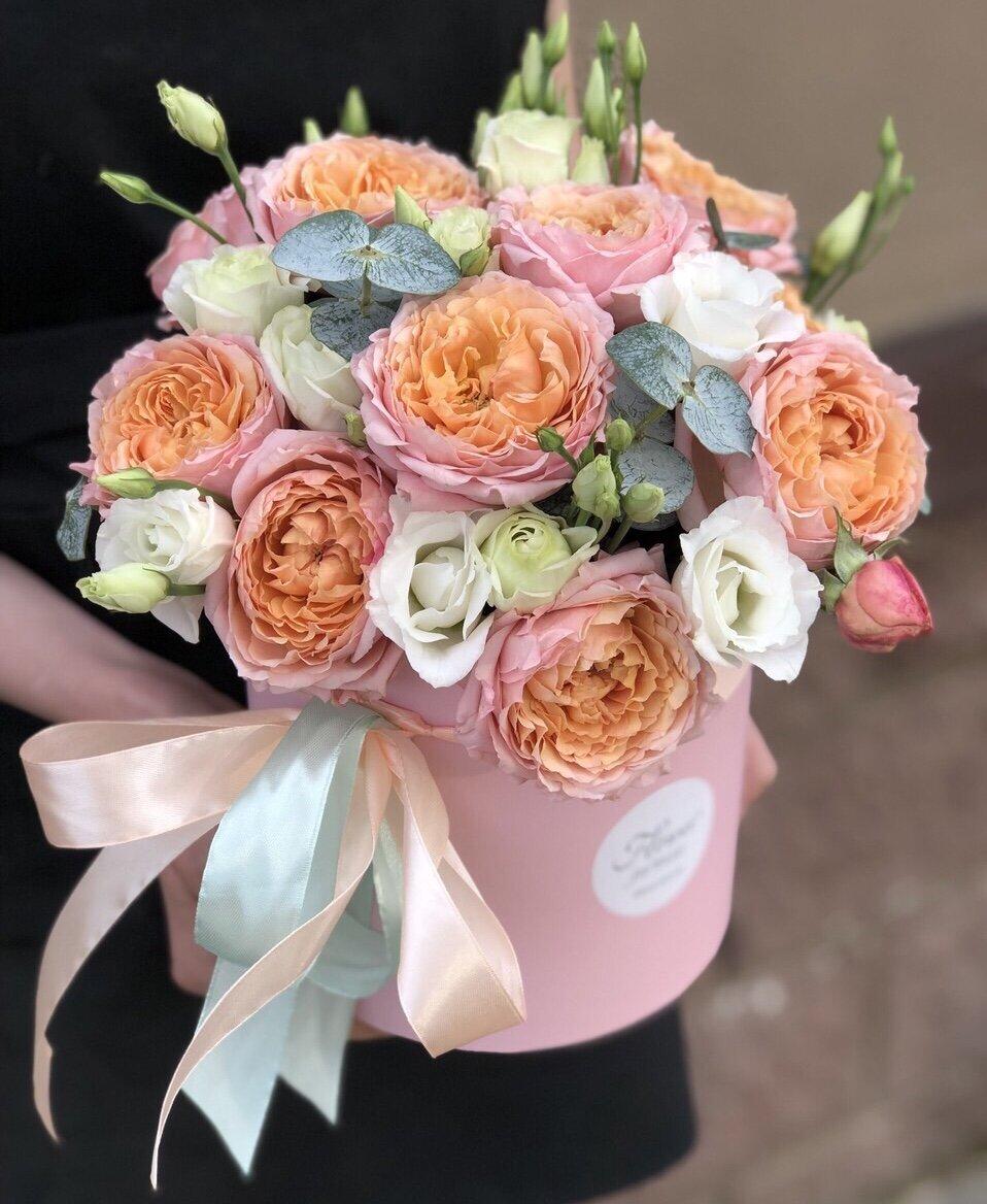 Коробка с кустовой пионовидной розой и эустомой Луизиана