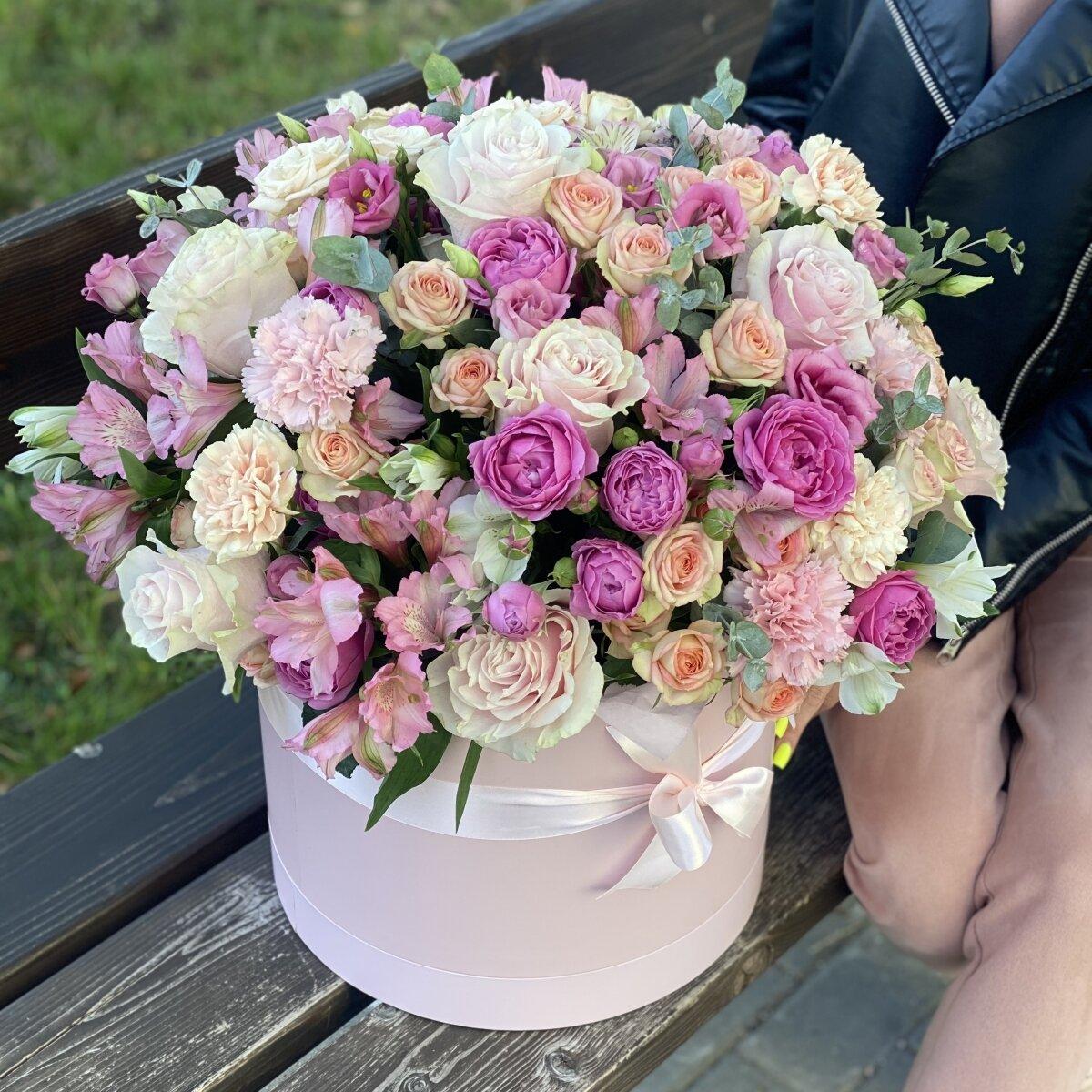 Коробка Жемчужина красоты из кустовых роз, альстромерии, эустомы и диантуса