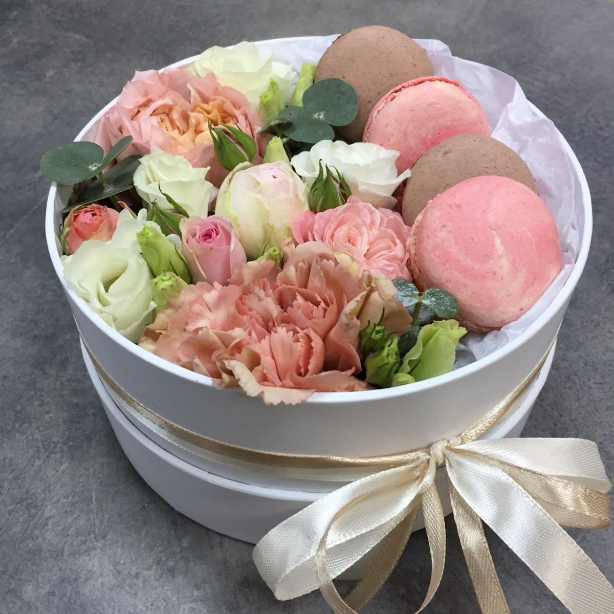Коробочка с цветами и macarons Розовый бархат