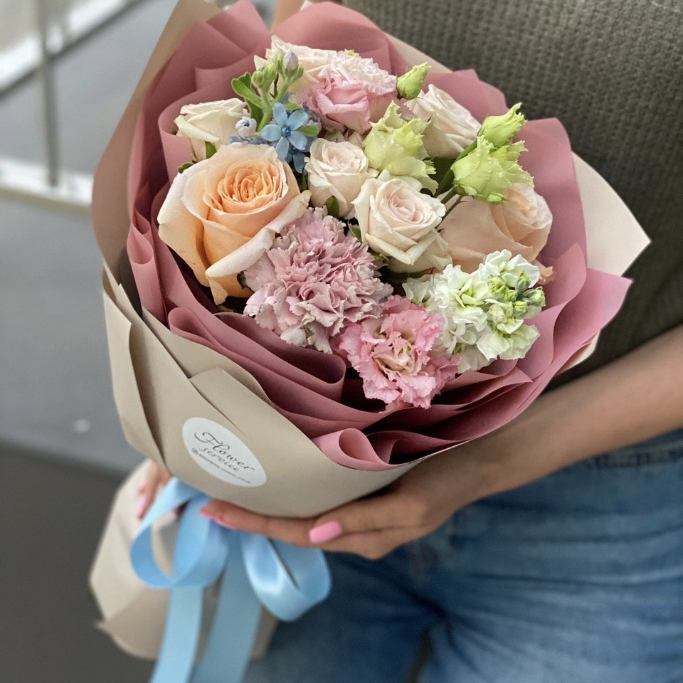 Букет из кустовой и одноголовой розы, маттиолы, оксипеталума и эустомы Летиция
