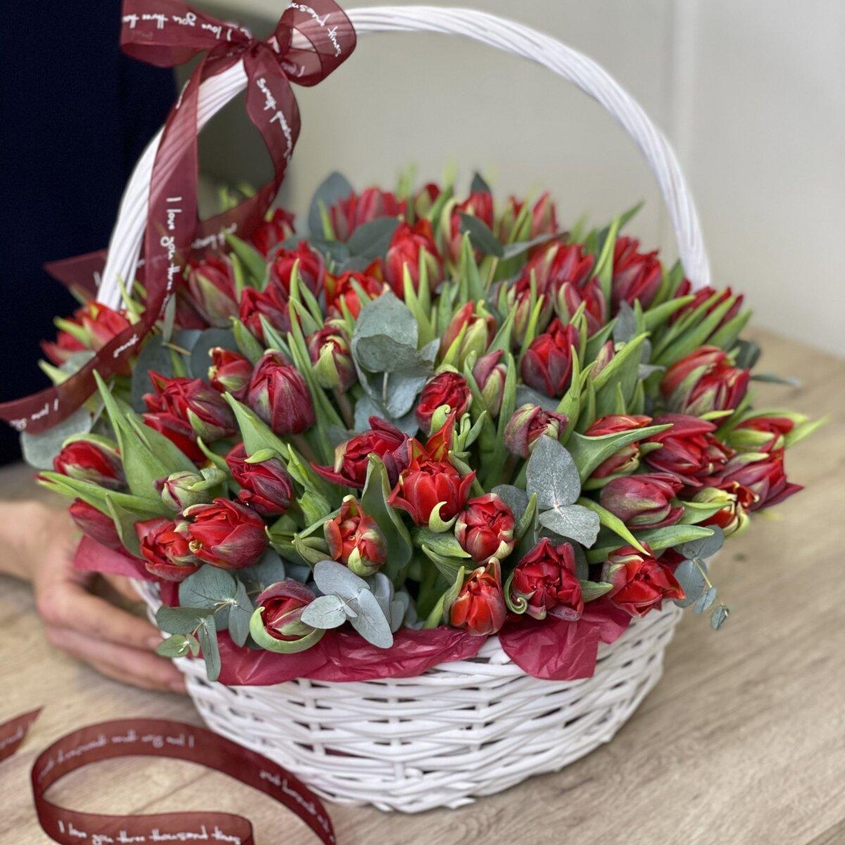 Корзина Бертран из красных пионовидных тюльпанов