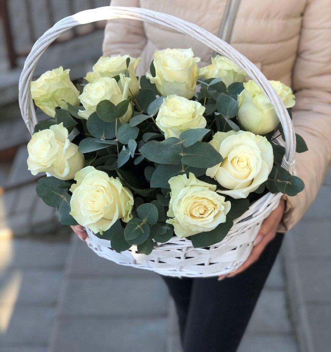 Корзина с белыми розами Глория