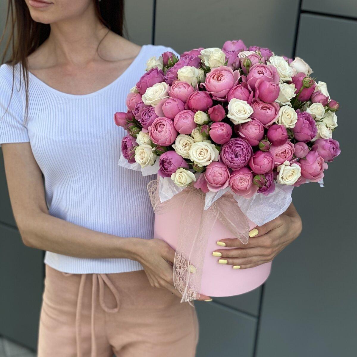 Коробка Женева из кустовых роз и гвоздик